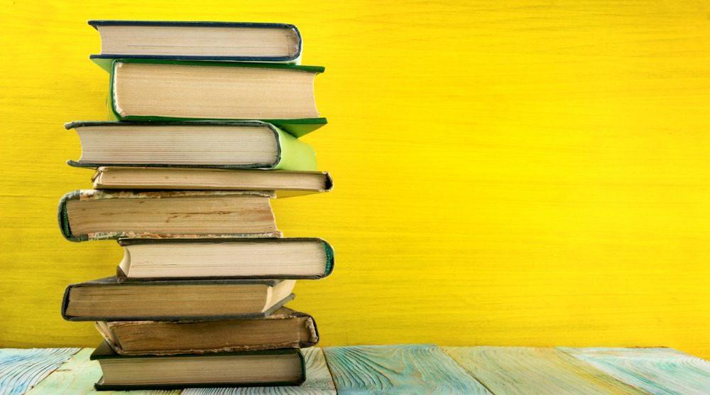 libri su tavolo, lo scaffale indipendente